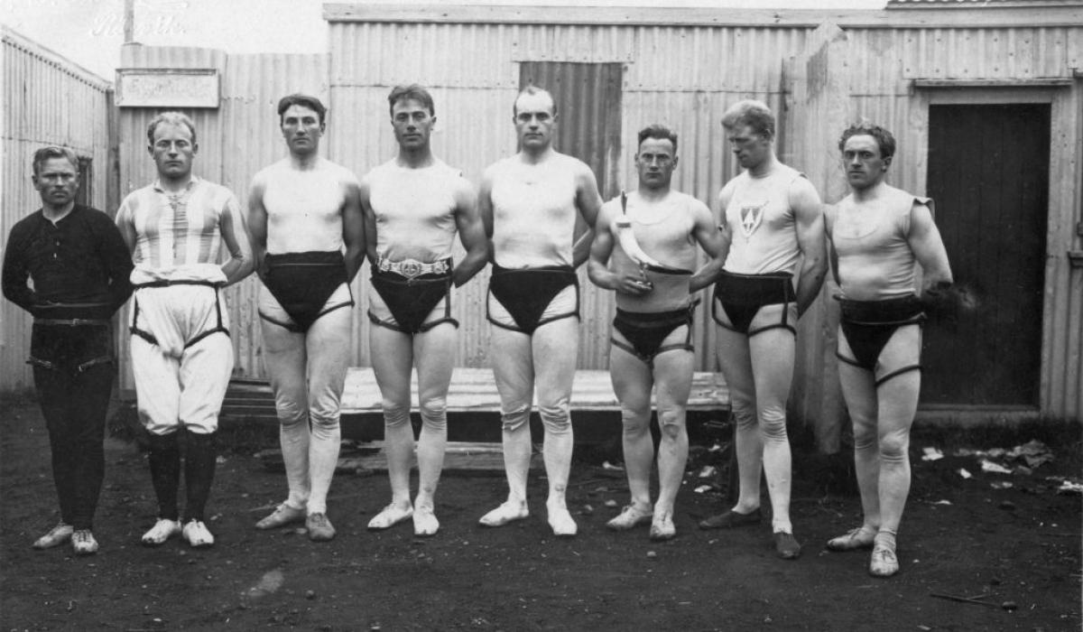 1924, glímumenn á Melavelli. F.v. Steinþór Jón frá Laug, Magnús Sigurðsson lögregluþjónn, Sigurður Greipsson, Björn Vigfússon lögregluþjónn, Þorgeir Jónsson frá Gufunesi, Ottó Marteinsson og Sveinn Gunnarsson læknir.